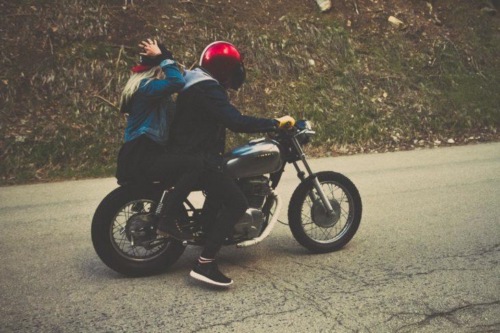 chica con su novio en moto