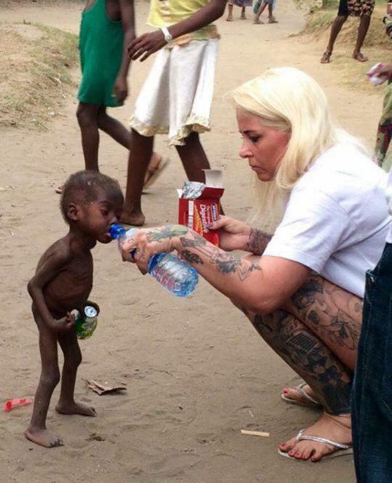 Niño de nigeria que fue abandonado por ser brujo tomando agua