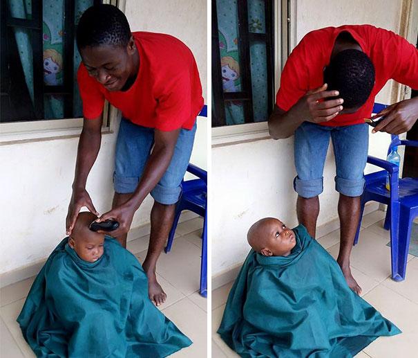 Niño de nigeria teniendo un corte de cabello