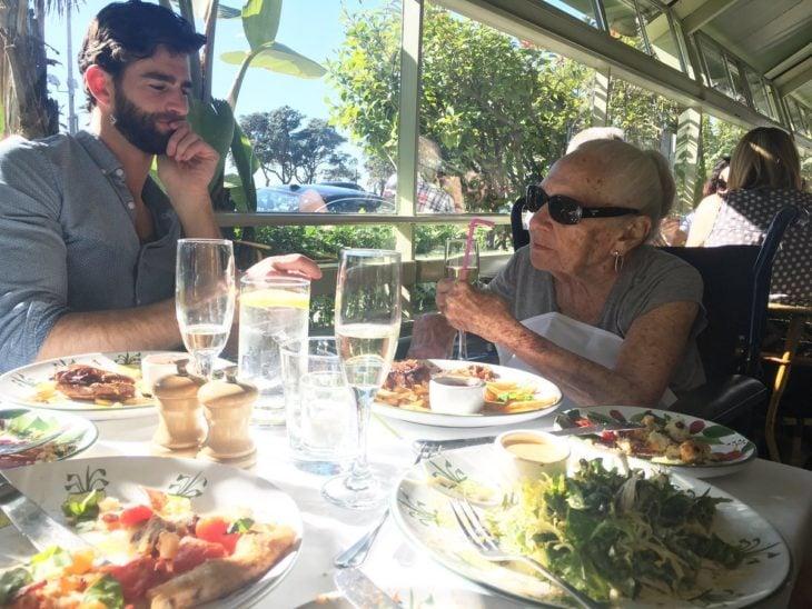 Norma y Chris disfrutando de un desayuno