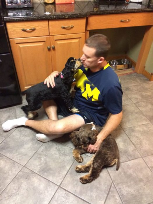 Hombre jugando con sus perros