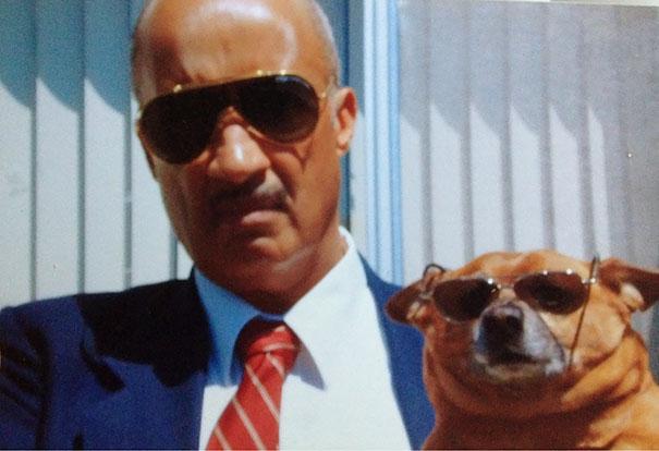 Hombre usando gafas junto con su perro