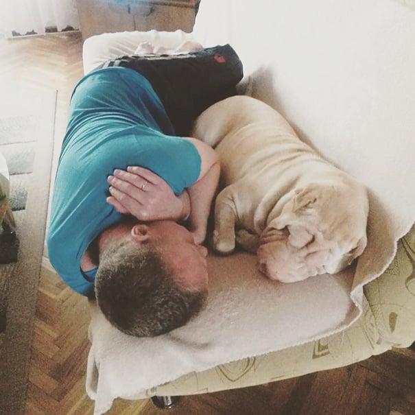 hombre recostado junto a su perro