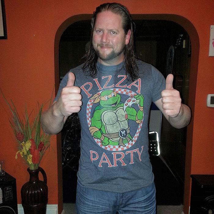 Hombre usando una camisa de las tortugas ninja