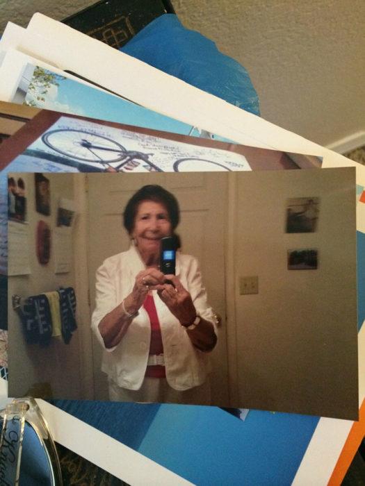 abuelita tomándose una selfie