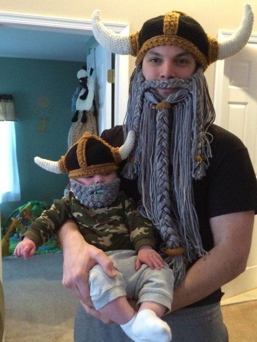 Padre e hijo usando cascos de vikingos