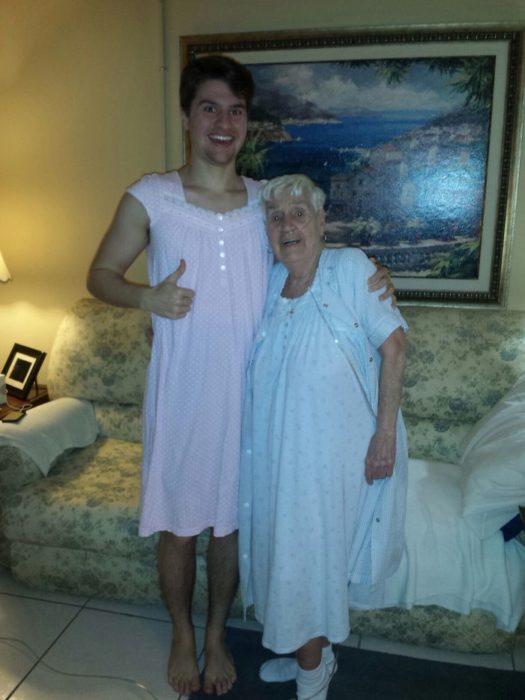 abuela y nieto usando un camisón