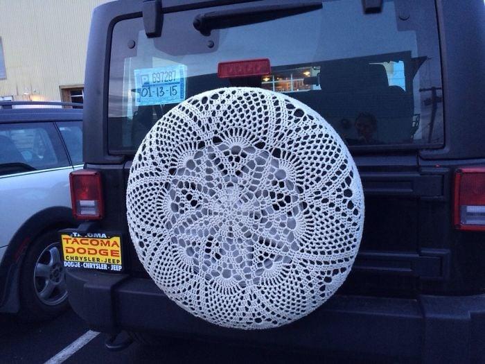 Llanta de un Jeep cubierta con crochet