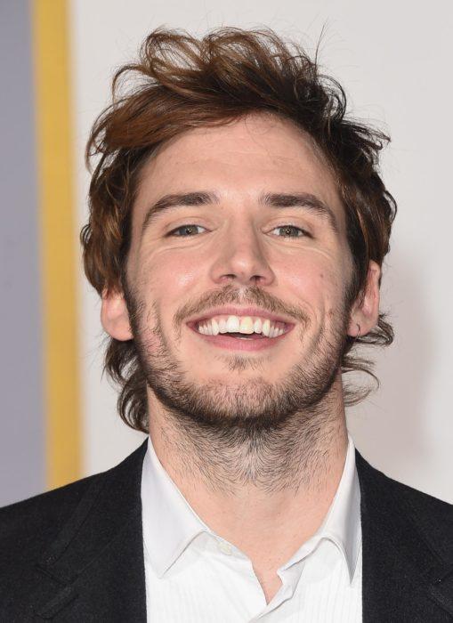 hombre cabello corto sonriendo