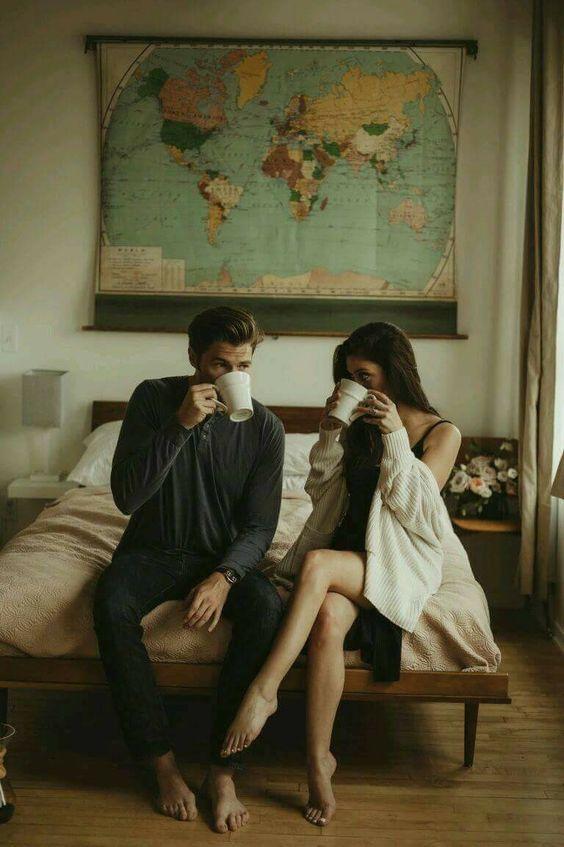 Pareja de novios tomando café a la orilla de la cama
