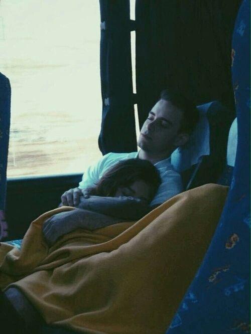 Pareja de novios durmiendo en un camión mientras viajan