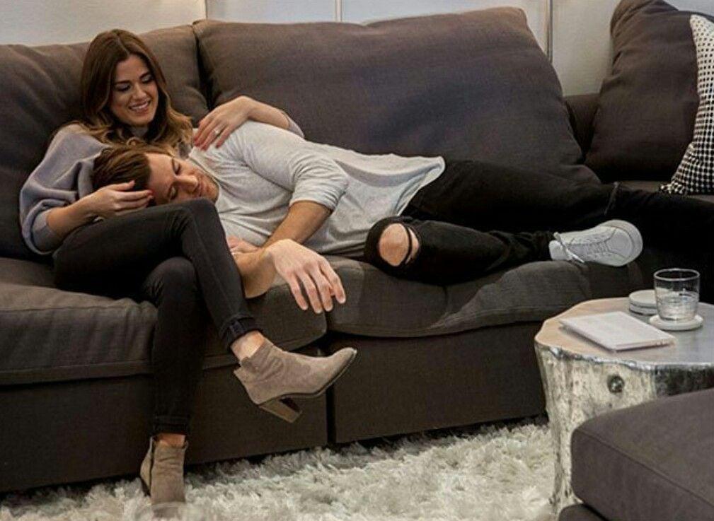 Pareja de novios sentados en un sofá conversando