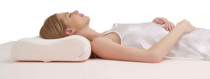 Chica durmiendo con una almohada ortopédica