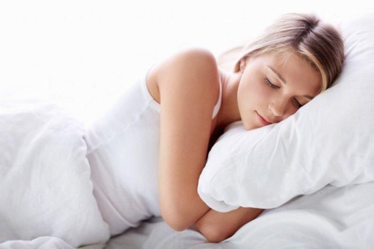 Chica durmiendo de lado