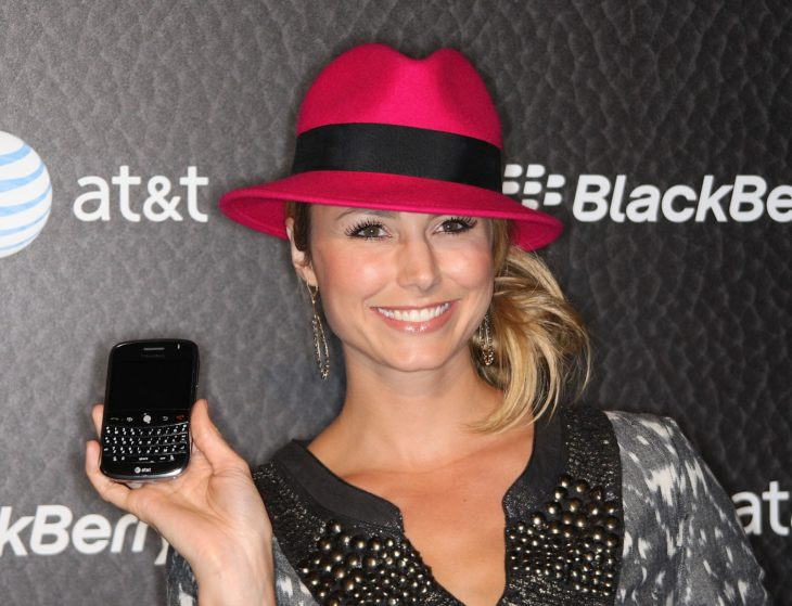 mujer rubia con sombrero rojo