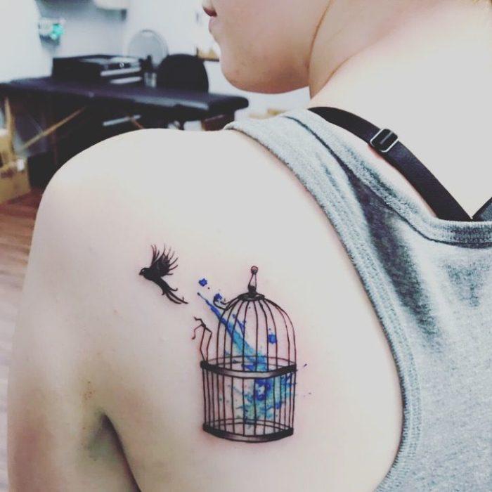 Tatuajes chica alma libre ave en jaula