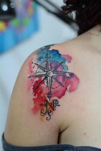 Tatuajes chica alma libre brujula de colores