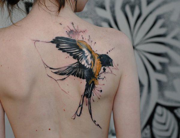 Tatuajes chica alma libre ave acuarela
