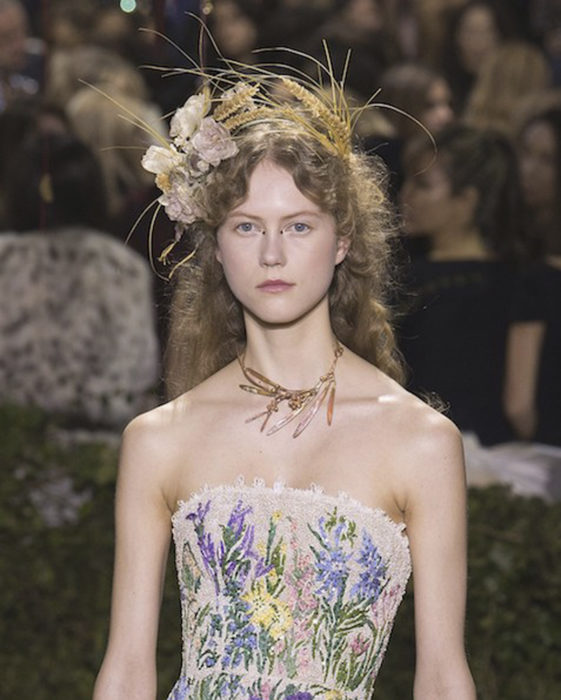 Chica usando un tocado de novia con plumas