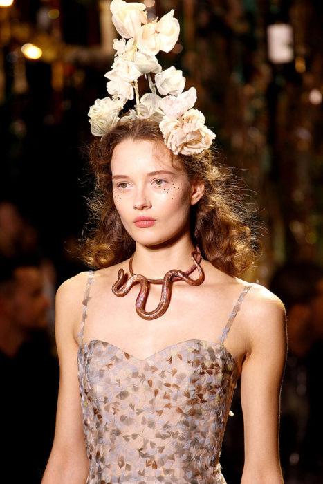 Chica usando un tocado de novia con rosas