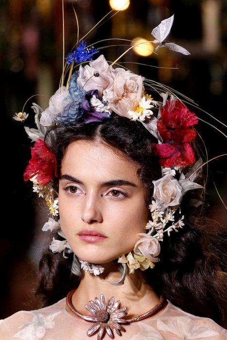 Chica usando un tocado de novia con flores