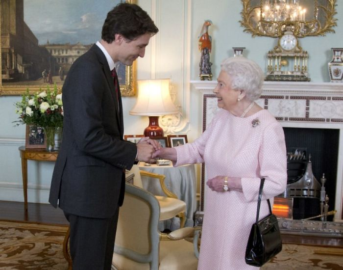 Primer ministro de canadá junto a la reina isabel