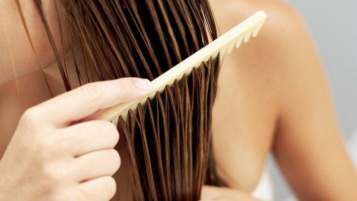 chica cepillando su cabello