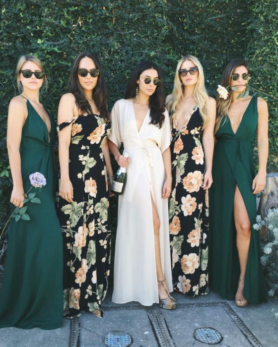 Chicas usando vestidos florares
