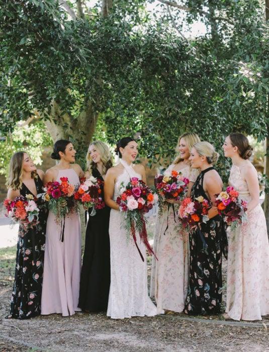 Chicas usando vestidos con estampados florales en rosa y negro