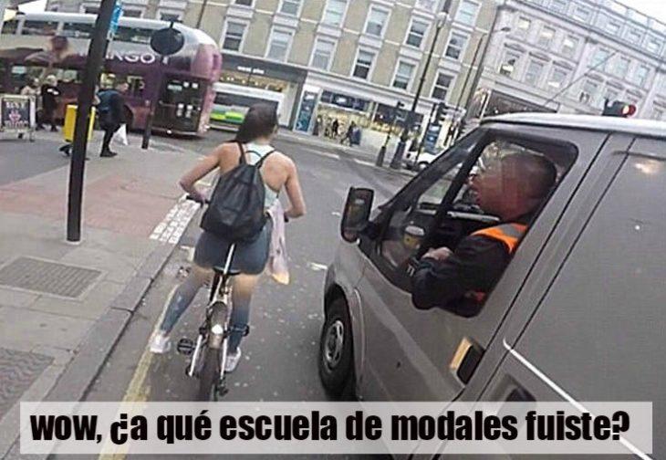mujer ciclista en la calle