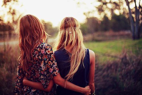 amigas abrazadas por la espalda