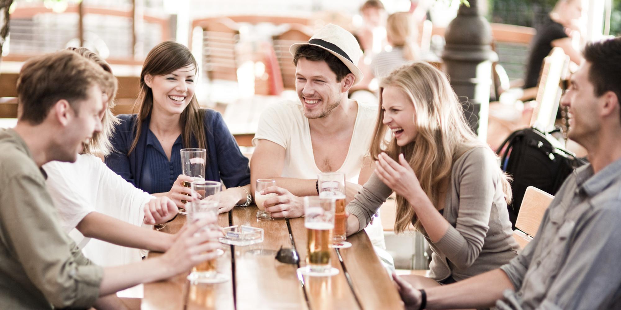 amigos bebiendo felices