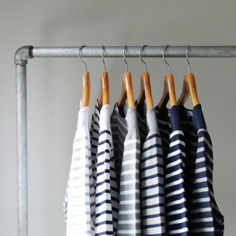 armario con blusas de rayas