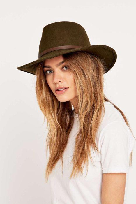 mujer con sombrero cafe