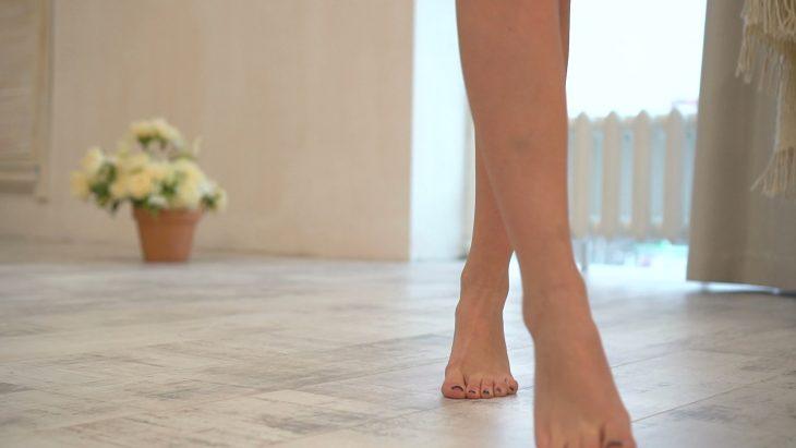 pies de mujer descalza
