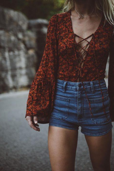 mujer con shorts y blusa de manga larga
