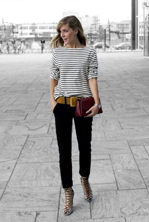 chica con blusa a rayas con tacones griegos