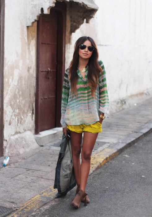 mujer con short de colores y camisa de colores