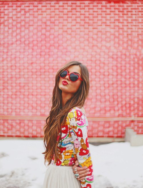 chica alocada vestida de rosa y lentes de corazón