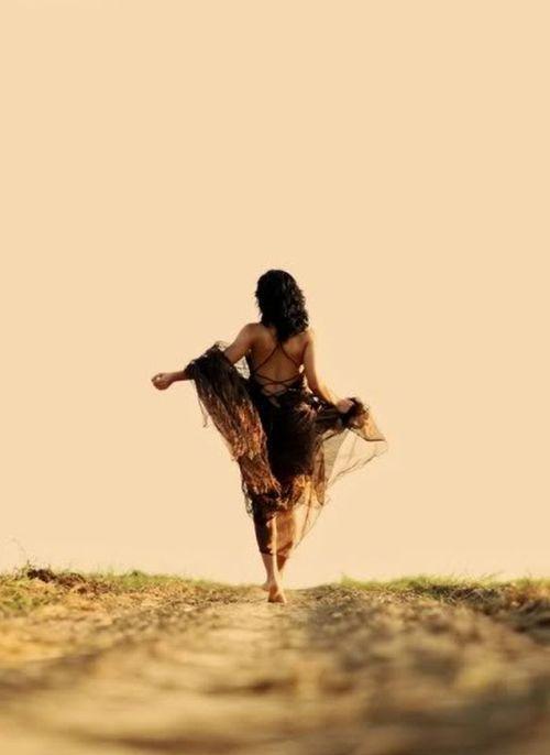 chica caminando descalza por el campo