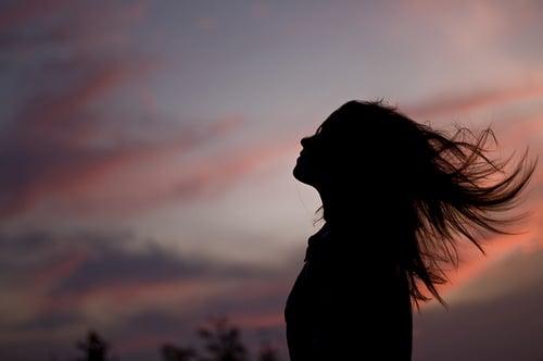 chica con cabello suelto en el amanecer