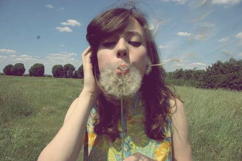 chica con flor diente de león