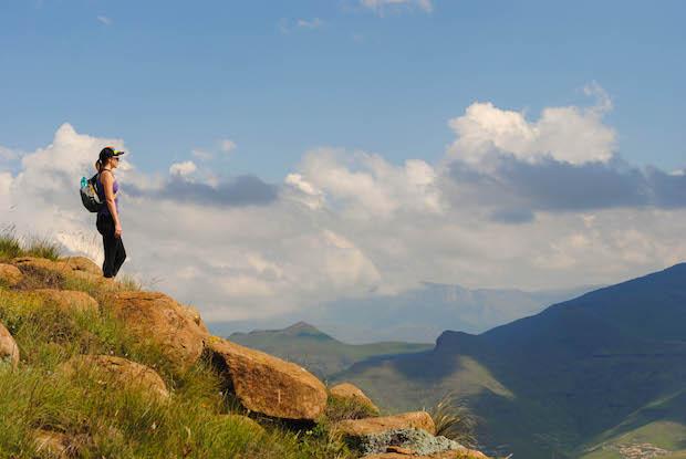 chica con mochila en las montañas