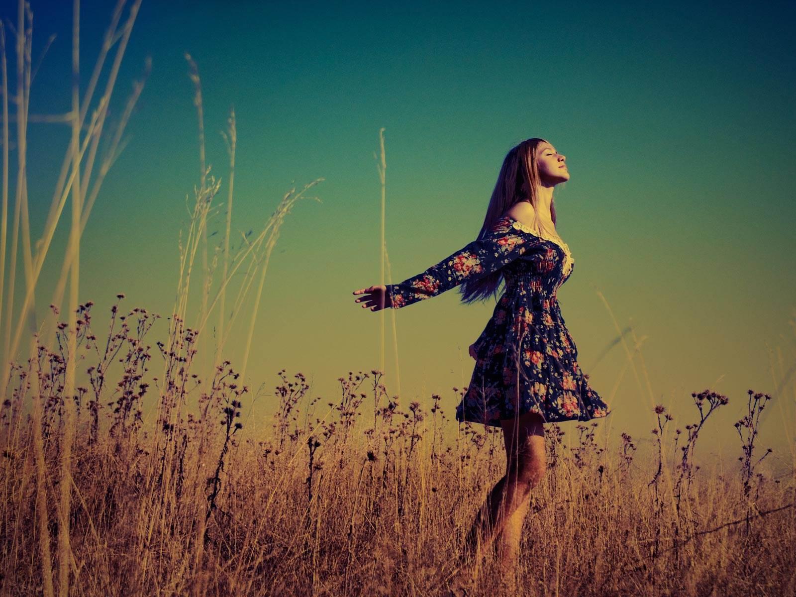 chica con vestido de flores en el campo