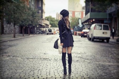 chica detenida en la calle