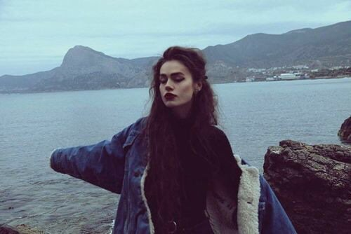 chica labios oscuros en el mar
