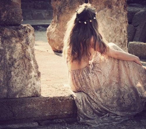 chica muy romántica con vestido de flores