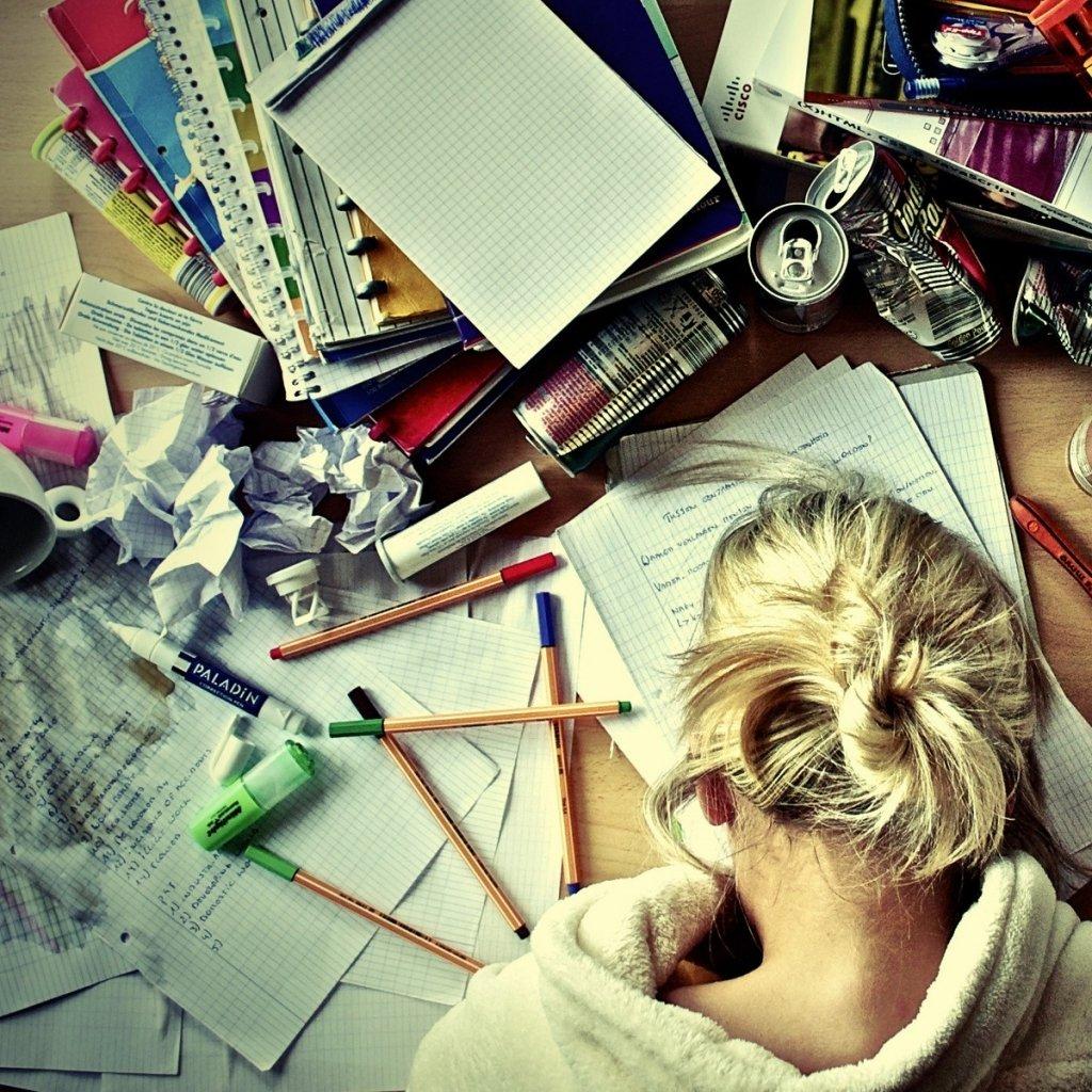chica ocupada con su tarea