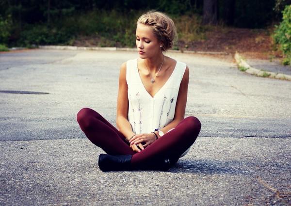 chica sentada en la carretera