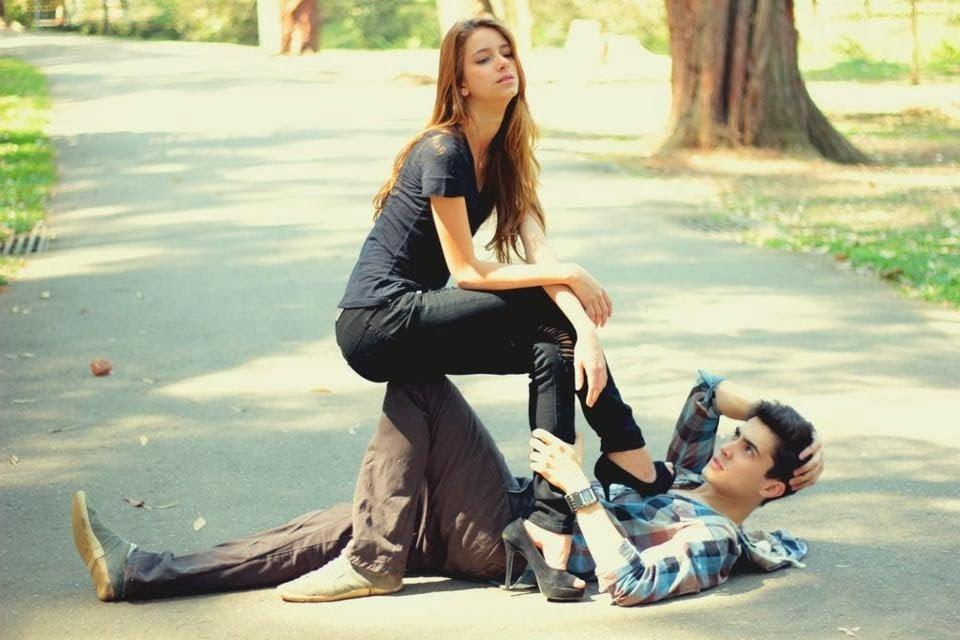 chica con tacón sobre su novio